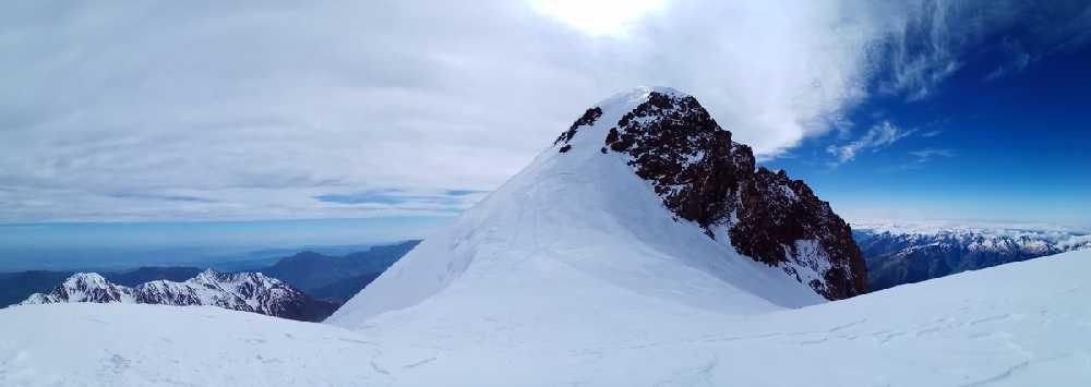 Казбек: Восточная вершина, вид с седловины 5005м.  Фото Виталий Шлюпка и Александр Корец