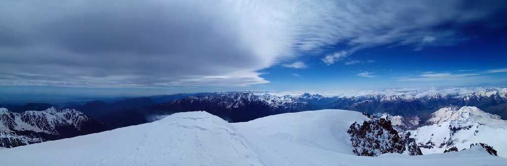 вершина Кабека 5033м. Фото Виталий Шлюпка и Александр Корец