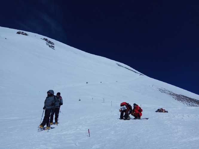 подъём на Западную вершину с  седловины 5300м. Фото Виталий Шлюпка и Александр Корец