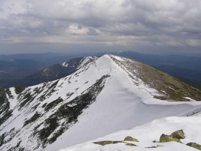 На фото четко видно разделение заснеженного северного и освобожденного от снега южного склонов горы Сивуля. Фото skelya . net