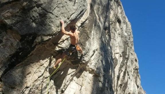 """Адам Ондра (Adam Ondra) на маршруте """"Meiose"""" сложности 9b в Швейцарии."""
