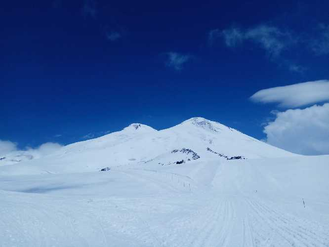 Эльбрус: слева Западная вершина 5642 м., справа  Восточная 5621 м. Фото Виталий Шлюпка и Александр Корец