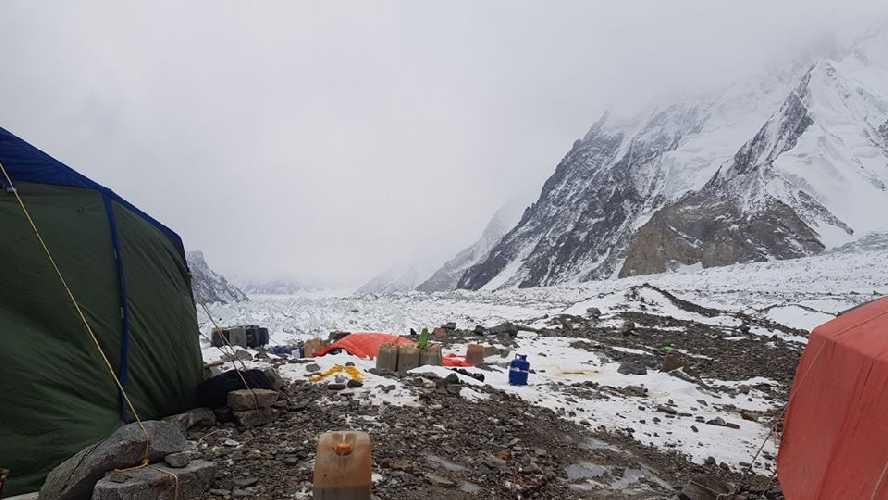 Плохая погода у К2. Фото из базового лагеря К2 сделанное 27 января