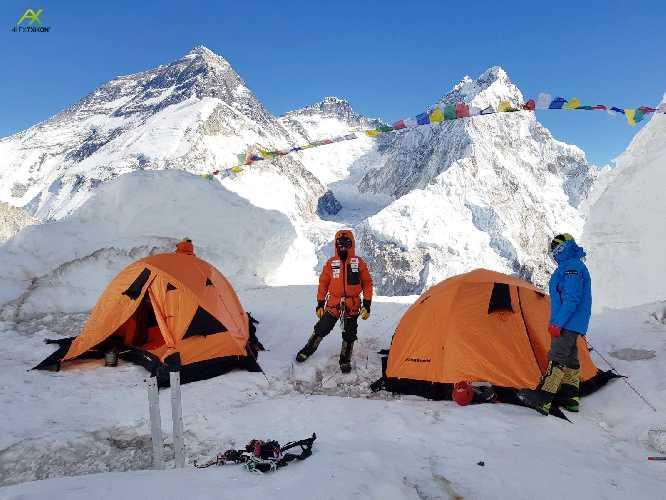 Команда Алекса Тикона на фоне Эвереста, лагерь на склоне горы Пумори, январь 2018. Фото Alex Txikon