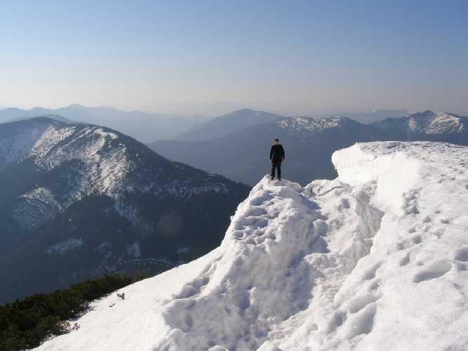 Следы отлома снежного карниза с вершины г. Грофа 1996 (Горганы). Фото skelya . net