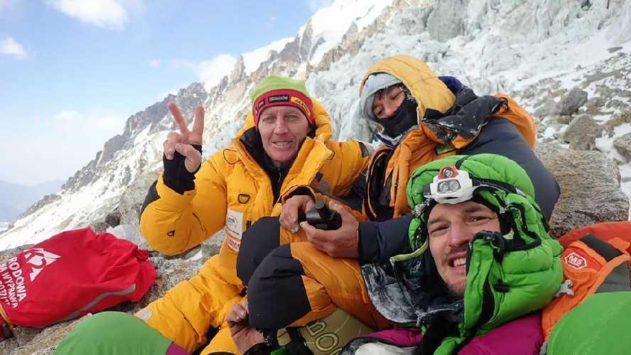Элизабет Ривол (Elisabeth Revol) со спасателями Денисом Урубко и Адамом Белецким (Adam Bielecki) на Нангапарбат, 28 января 2018 года