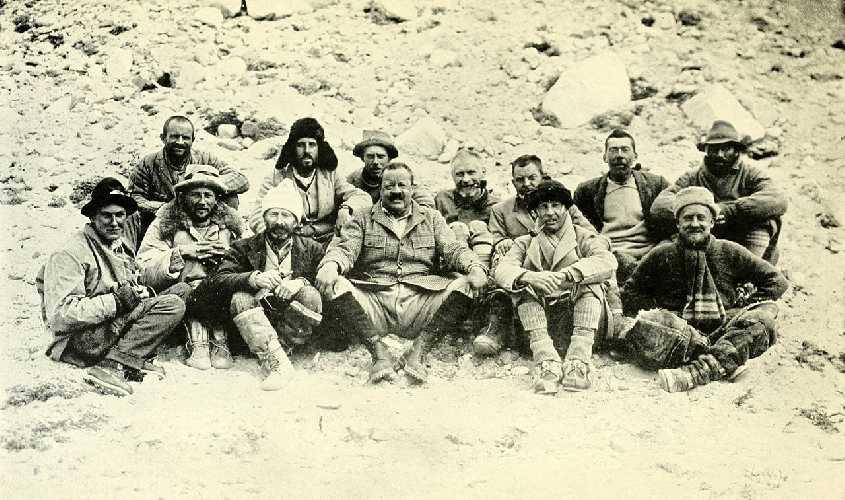 Члены экспедиции на Эверест 1922 г. 13 человек, награжденных Золотой Олимпийской медалью.<br>Задний ряд, слева направо: Морсхед, Джеффри Брюс, Ноэль, Уэйкфилд, Сомервелл, Моррис, Нортон.<br>Передний ряд, слева направо: Мэллори, Финч, Лонгстафф, Чарльз Г. Брюс, Стратт, Кроуфорд