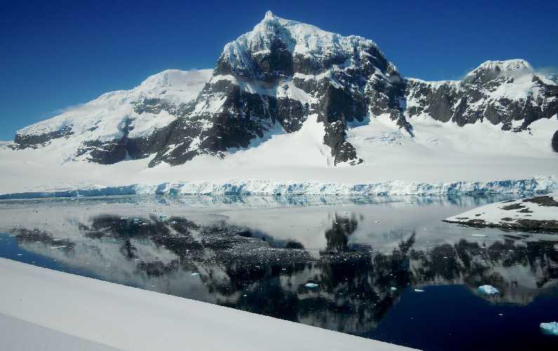 вершина горы Пицдач (Monte Pizduch) высотой в 1000 метров, массив Вит (Mount Wheat), остров Винке (Wiencke Island), Антарктика. Фото Marek Holeček