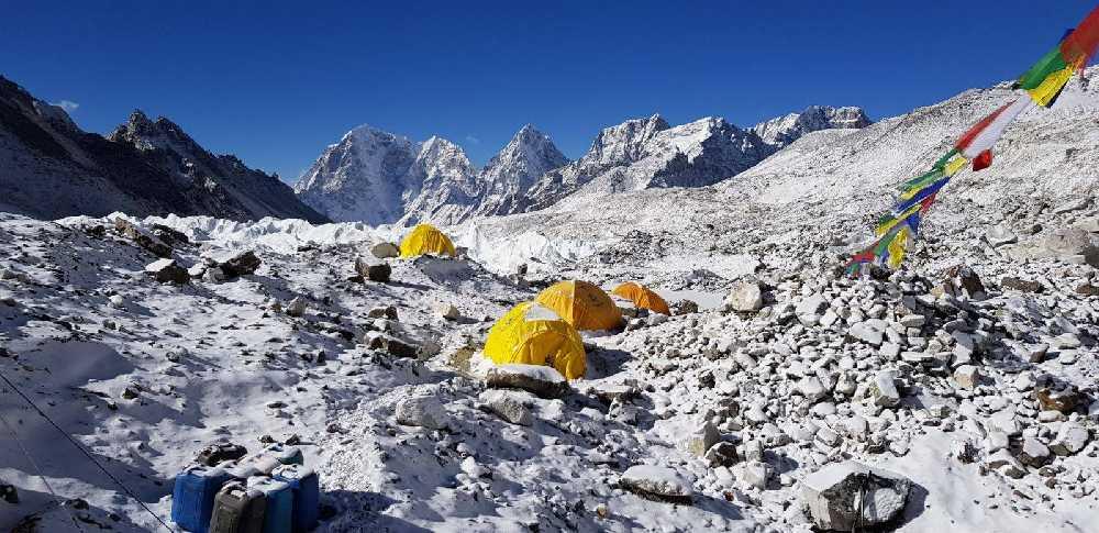 Вид на базовый лагерь Эвереста. февраль 2018