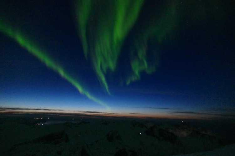 Северное сияние на вершине горы. Фото Greg Boswell