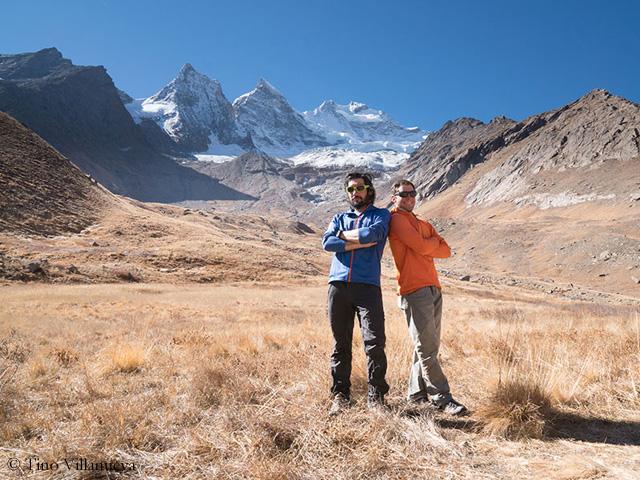 Тино Виллануэва (Tino Villanueva) и Алан Руссо (Alan Rousseau) на фоне горы Рунгофарка (Rungofarka, 6495 м), что расположена в Индийских Гималаях (на фото - это средний пик из трёх). Фото Alan Rousseau