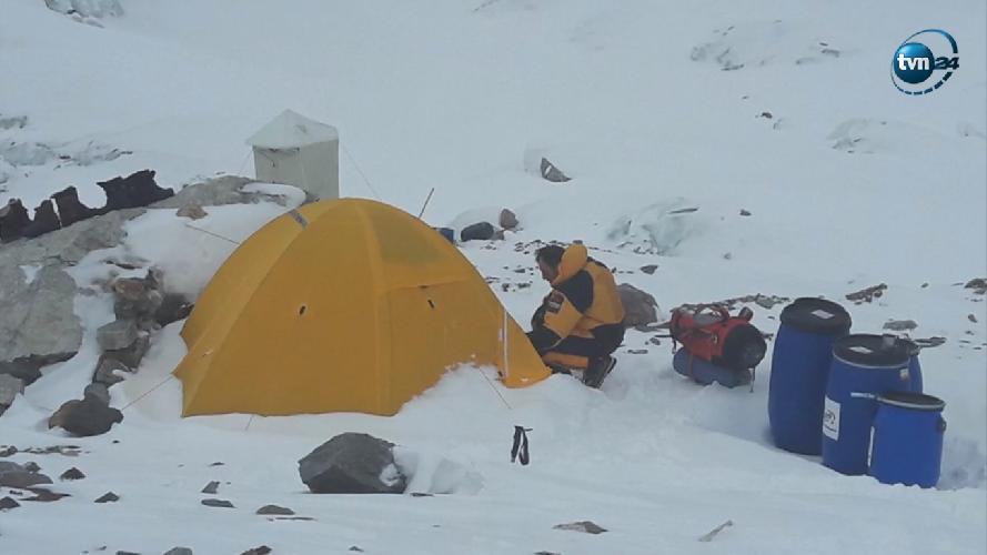 Денис Урубко в базовом лагере после неудачной сольной попытки восхождения на К2. 26 февраля 2018 года. Фото tvn24