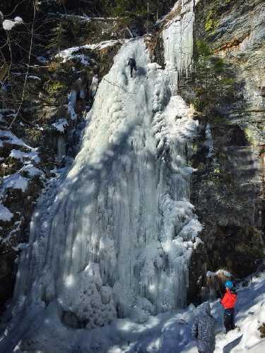 Ледолазание на Ялинском водопаде в Карпатах. Фото Богдан Мирчук