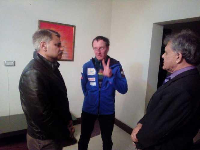 На фото: Денис, Muhammad Khalil Dar и Назир Сабир. Затем гостеприимные хозяева пригласили Дэна на обед. Фото:Karim Shah Nizari