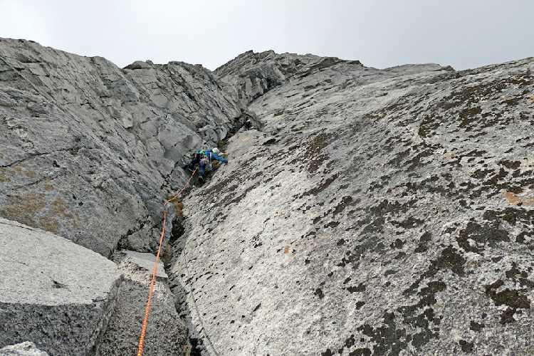 Восхождение по восточной стене южной башни Авельяно (Avellano).  Фото Will Sim