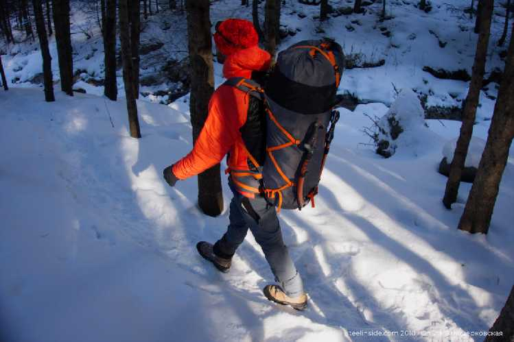 В рюкзаке верёвка, ботинки, пуховка, каска и ворох курток. Фото Кирилл Белоцерковский