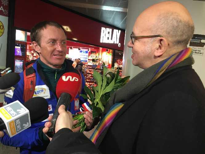 В аэропорту Варшавы Дениса Урубко встретил посол Франции, чтобы вручить цветы в знак благодарности за спасение Элизабет Ривол