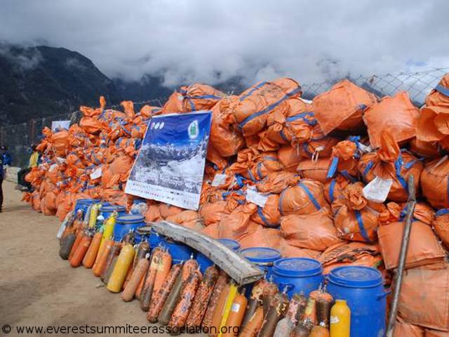Тонны мусора убранные с южной, Непальской стороны Эвереста