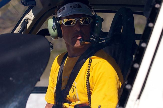 Симоне Моро (Simone Moro) за штурвалом вертолета. Фото из архива Симоне Моро