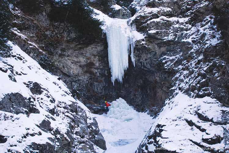 Я под сосулькой в Медвежьем ущелье. Вероятно, можно пролезть и так, но нужно скальное снаряжение. Февраль. Фото steelinside . com