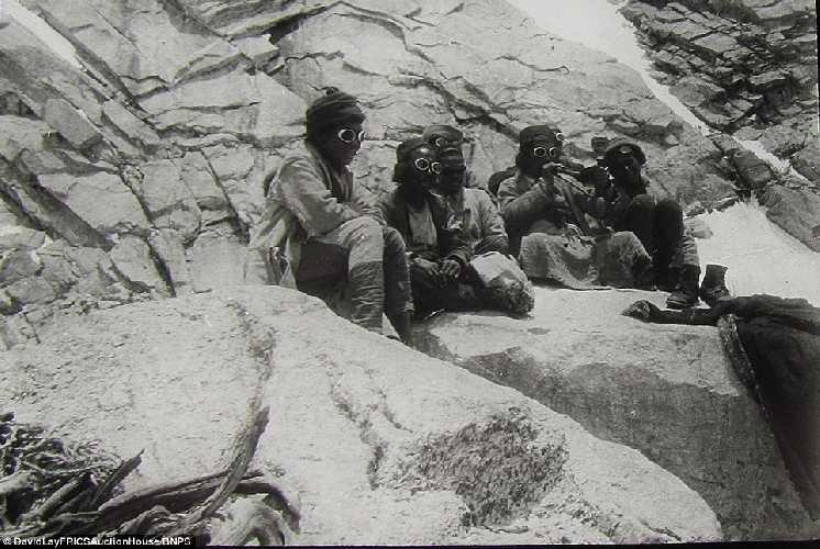 Команда шерп.  Британская экспедиция на вершину гималайской горы Камет (Mount Kamet 7756 м). 1931 год. Фото Frank Smythe