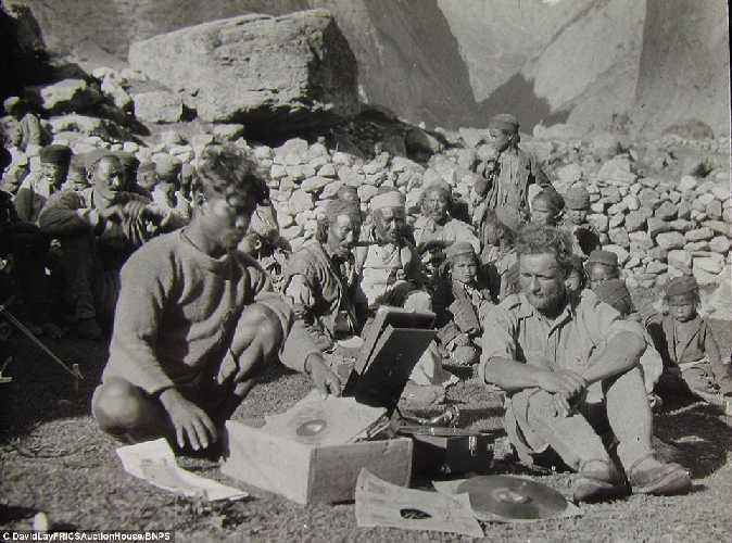 В окружении местных жителей. Британская экспедиция на вершину гималайской горы Камет (Mount Kamet 7756 м). 1931 год. Фото Frank Smythe