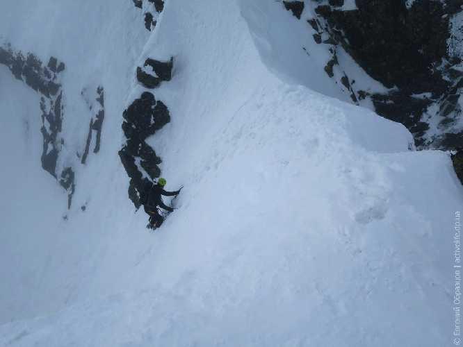 Бодрящая крутизна склона в начале спуска с Высокой. Фото Евгений Образцов