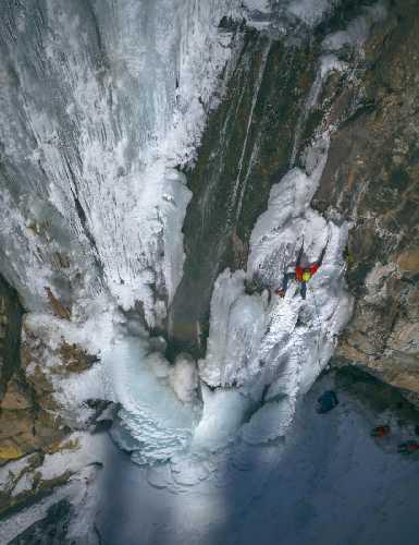 Я на Бутаковском водопаде в январе. Обратите внимание на ручей в −20 °С. Фото Константина Киквидзе