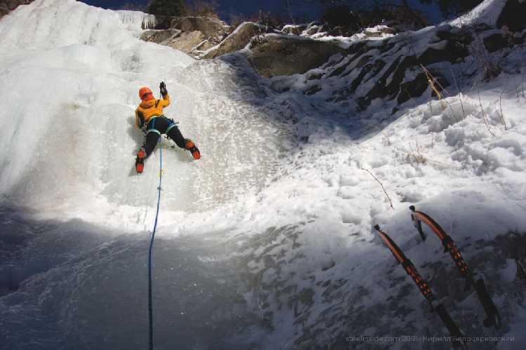 Ольга на водопаде Девичьи слёзы. Декабрь. Фото steelinside . com