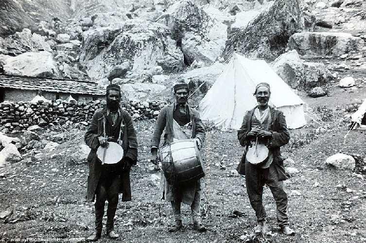 Шерпы с барабанами. Британская экспедиция на вершину гималайской горы Камет (Mount Kamet 7756 м). 1931 год. Фото Frank Smythe