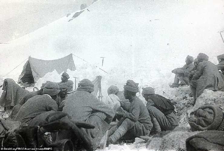В лагере. Британская экспедиция на вершину гималайской горы Камет (Mount Kamet 7756 м). 1931 год. Фото Frank Smythe