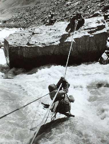 На переправе.  Британская экспедиция на вершину гималайской горы Камет (Mount Kamet 7756 м). 1931 год. Фото Frank Smythe