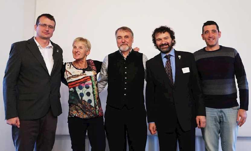 Первый президиум EUMA, слева на право: Боян Ротовник (Bojan Rotovnik, Словения),  Ингрид Хайек (Ingrid Hayek, ÖAV), Роланд Штирль (Roland Stierle, представитель DAV), Ян Блудек (Jan Bloudek, Чехия), Хуан Хесус Ибанес Мартин (Juan Jesús Ibanez Martín, Испания). (фото DAV)
