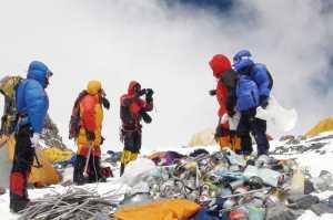 Эверест очистили от 5000 килограмм мусора