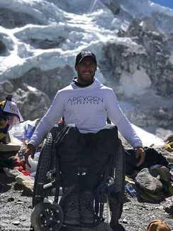 Скотт Дулан добрался до базового лагеря Эвереста не смотря на сломанную инвалидную коляску