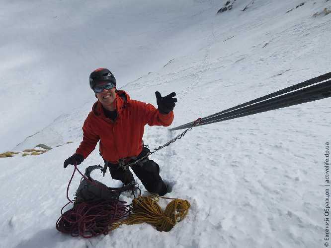 Альпинист должен использовать все возможности страховки, которые ему даёт природа (с) Дамиан Грановский. Фото Евгений Образцов