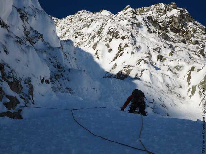 Первый микстовый уступ, микст — под снегом. Фото Евгений Образцов