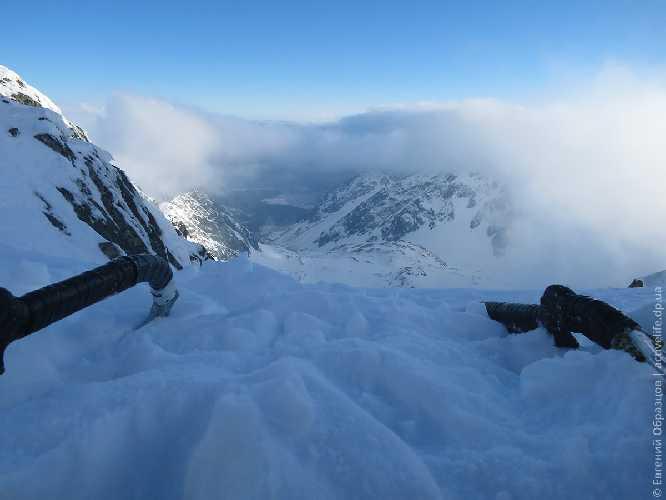 Ноги — в одной долине, ледорубы — в другой. Фото Евгений Образцов