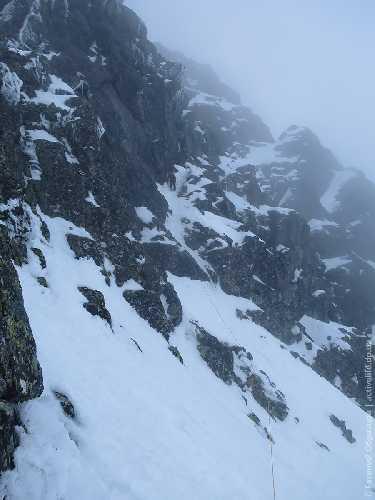 Спуск лазанием по южной стене Менгушовецкого пика. Фото Евгений Образцов