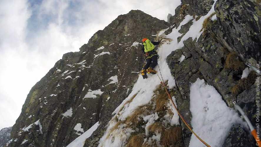 Убежал на скалы, возвращаюсь на лёд. Фото Евгений Образцов