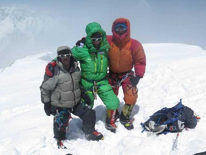 Оскар Кадьяк (Òscar Cadiach), Али Садпара (Ali Sadpara) и Юсуф (Yousuf) на вершине Броуд Пик, июль 2017