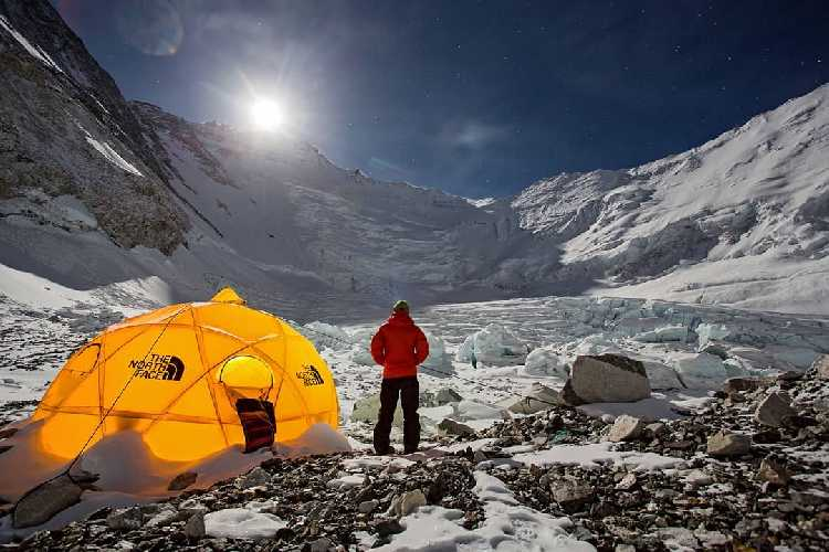 Вид на Эверест и Лхоцзе со второго высотного лагеря. Фото Jonathan Griffith