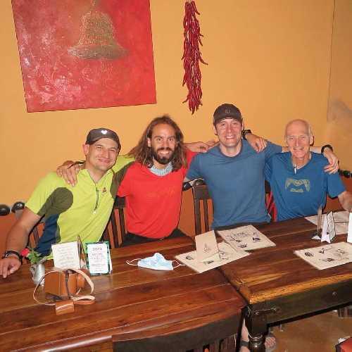 слева - Адам Белецкий (Adam Bielecki) с Феликсом Бергом (Felix Berg). Справа  -  Луи Руссо (Louis Rousseau) и Рик Аллен (Rick Allen)