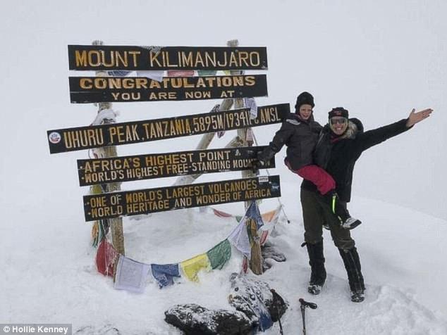 Монтана Кинни (Montannah Kenney) со своей матерью Холли Кинни (Hollie Kenney) на вершине Килиманджаро. 16 марта 2018 года. Фото Hollie Kenney