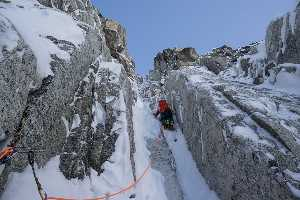 Том Ливингстон (Tom Livingstone) и Юсдин Хавторн (Uisdean Hawthorn) на новом маршруте на аляскинскую вершину Иезавель (Jezebel, 2880 метров), расположенной в горах Ревелейшн (Revelations Range).
