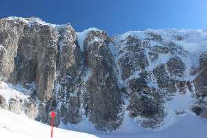 Красной стрелкой отмечена попытка пройти  1200-метровую северную стену горы Иезавель