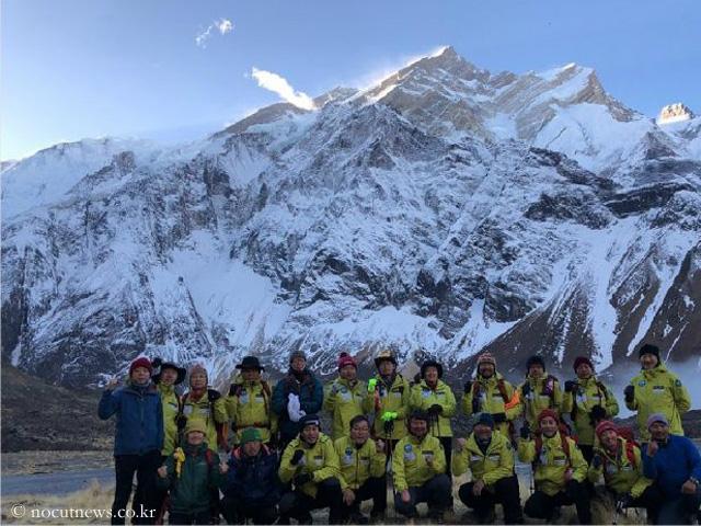 Ким Хонг-Бин (HongBin Kim) и его команда поддержки на фоне восьмитысячника Аннапурна