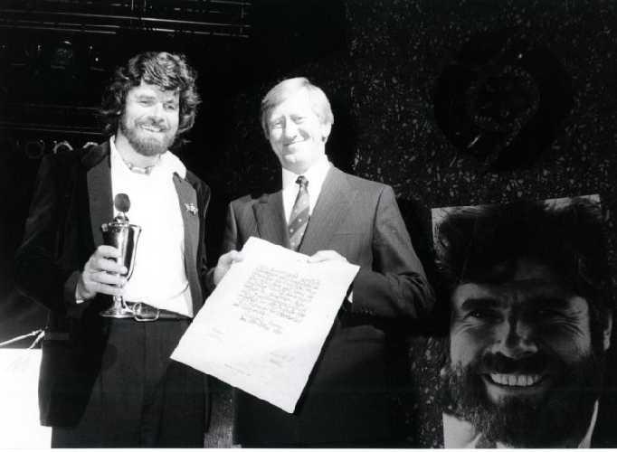 Райнхольд Месснер (Reinhold Messner) на награждении премией ISPO Cup в 1989 году. Награду вручает Ханс Цехетмейр (Hans Zehetmair) государственный министр по вопросам науки, исследований и искусства. Фото Messe München