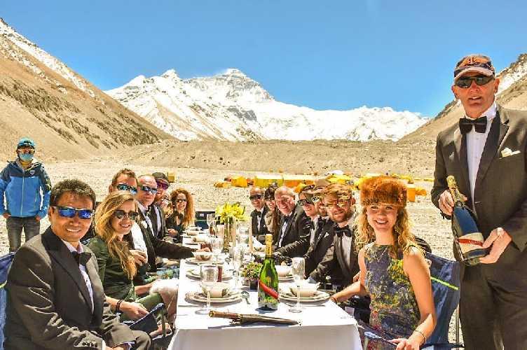 Званый ужин в базовом лагере Эвереста. Фото EverestDinner