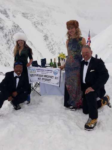 Джейн Чинауэт (Jane Chynoweth, Сидар Нима Шерпа (Sidar Nima Sherpa), Сэди Уайтлок (Sadie Whitelocks) и Нил Лоутон (Neil Laugjton) на Северном седле (7020 метров) высочайшей вершине мира - Эвересте. Фото EverestDinner